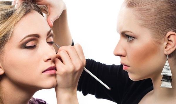 Ways to apply makeup like TV anchors3