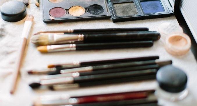 Ways to apply makeup like TV anchors2